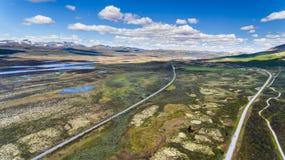 Norwegia widok z lotu ptaka od trutnia z jeziorami i drogą Fotografia Stock