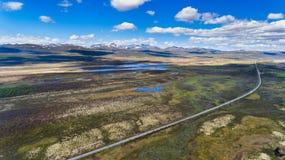 Norwegia widok z lotu ptaka od trutnia z jeziorami i drogą Zdjęcie Royalty Free