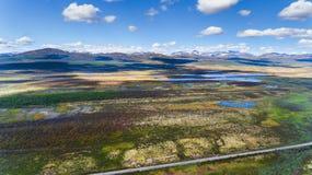 Norwegia widok z lotu ptaka od trutnia z jeziorami i drogą Obraz Stock