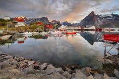 Norwegia wybrzeże z łódkowatymi i czerwonymi budami, Reine obrazy stock