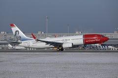 Norwegian Air Shuttle hebluje lądowanie na pasie startowym, śnieg w Monachium lotnisku, MUC zdjęcie royalty free