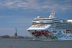 Norwegian Gem. (a NCL ship) sailing by Statue of Lliberty Royalty Free Stock Images