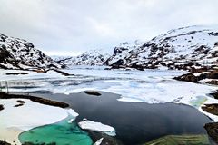 The norwegian landscape: icy lake and mountain Royalty Free Stock Photography
