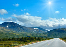 Norwegian sunshiny summer road near Dombas, Norge Stock Images
