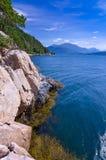 Norwegische felsige Fjordküste Lizenzfreie Stockfotos