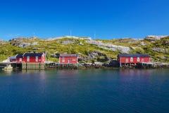 Norwegische Fischenhütten stockfotos