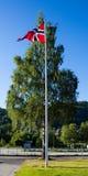 Norwegische Flagge auf einem Fahnenmast Lizenzfreies Stockfoto