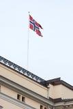 Norwegische Flagge auf einem Gebäude Stockbild