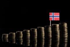 Norwegische Flagge mit Los Münzen auf Schwarzem Lizenzfreie Stockfotos