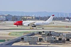 Norwegische Fluglinien Boeing 787 Dreamliner, das auf Rollbahn mit einem Taxi fährt Lizenzfreies Stockfoto