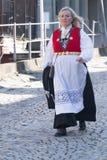 Norwegische Frau im nationalen Kostüm an Constitions-Tag stockfotos