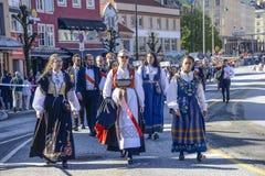 Norwegische Frauen im nationalen Kostüm lizenzfreie stockfotos