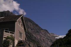 Norwegische Gebirgshütte stockbild