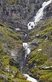 Norwegische Gebirgsstraße Wasserfall und Steinbrücke Trollstigen Lizenzfreies Stockfoto