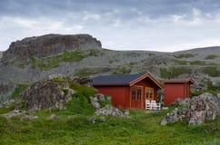Norwegische Häuser in der Nähe von Hamningberg lizenzfreies stockbild
