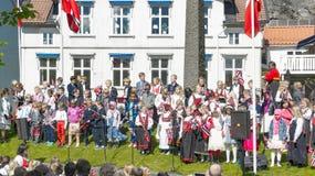 Norwegische Kinder, die am 17. Mai feiern Stockfotografie