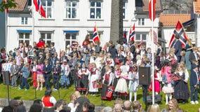 Norwegische Kinder, die am 17. Mai feiern Stockfoto