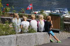 Norwegische Kinder essen Eiscreme im Sommer, Norwegen Lizenzfreie Stockbilder