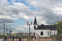 Norwegische Kirche vom Wasser Stockfotografie
