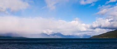 Norwegische Landschaft von den Bergen bedeckt in den Wolken Lizenzfreie Stockbilder