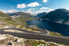 Norwegische Serpentinenstraße stockbilder