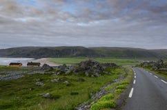 Norwegische Straße in der Nähe von Hamningberg stockbilder