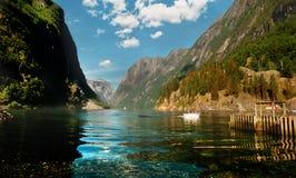 Norwegischer Fjord auf schönem Wetter Lizenzfreie Stockfotos
