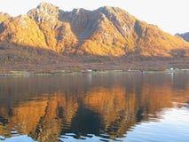 Norwegischer Fjord in den Herbstfarben stockbild