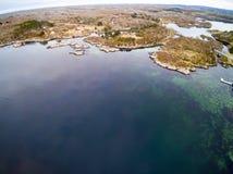 Norwegischer Fjord im Vorfrühling, niedrige Fischengebäude Stockfoto