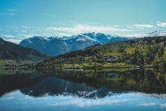 Norwegischer Fjord und Bergstadt lizenzfreie stockfotos