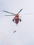Norwegischer Hubschrauber, der eine Rettung in Meer übt Lizenzfreie Stockbilder