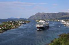 Norwegischer Küstendampfer, der Hafen von Bronnoysund verlässt Stockbilder