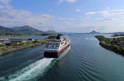 Norwegischer Küstendampfer, der Hafen von Bronnoysund verlässt Stockbild