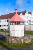 Norwegischer Küstenleuchtturm, weißer Turm stockbilder