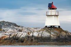 Norwegischer Leuchtturm. Weißer Turm auf Insel lizenzfreie stockbilder