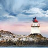 Norwegischer Leuchtturm. Weißer Turm auf Insel lizenzfreies stockbild