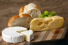 Norwegischer und französischer Käse auf Ausschnittvorstand Lizenzfreies Stockfoto