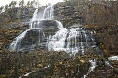 Norwegischer Wasserfall im Frühjahr Stockbilder