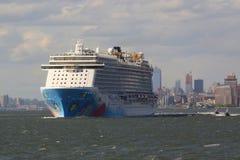 Norwegisches abgespaltenes Kreuzschiff, das New- Yorkhafen verlässt Lizenzfreie Stockfotografie
