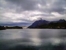 Norwegisches Dorf auf dem Ufer des Fjords lizenzfreies stockfoto