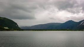 Norwegisches Dorf auf dem Ufer des Fjords lizenzfreie stockfotos