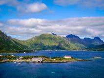 Norwegisches Dorf auf dem Ufer des Fjords stockfotos