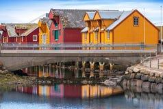Norwegisches Dorf mit bunten Holzhäusern Stockbilder