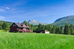 Norwegisches Häuschen in der schönen Landschaft Stockfoto