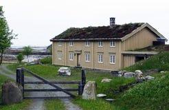 Norwegisches Haus auf dem Strand lizenzfreie stockfotos