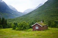 Norwegisches Haus und Berge Stockbild