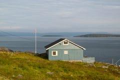 Norwegisches Haus, welches das Meer übersieht lizenzfreie stockfotos