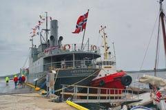 Norwegisches Veteranenschiff festgemacht am Jachthafen Stockfotos