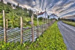 Norwegu dom z tradycyjnym drewnianym ogrodzeniem Zdjęcie Royalty Free