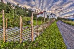 Norwegu dom z tradycyjnym roundpole ogrodzeniem Obraz Royalty Free